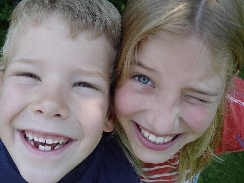 Kinder lächeln in die Kamera.